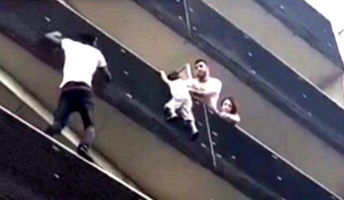 Spiderman rescue in Paris goes viral (Video)