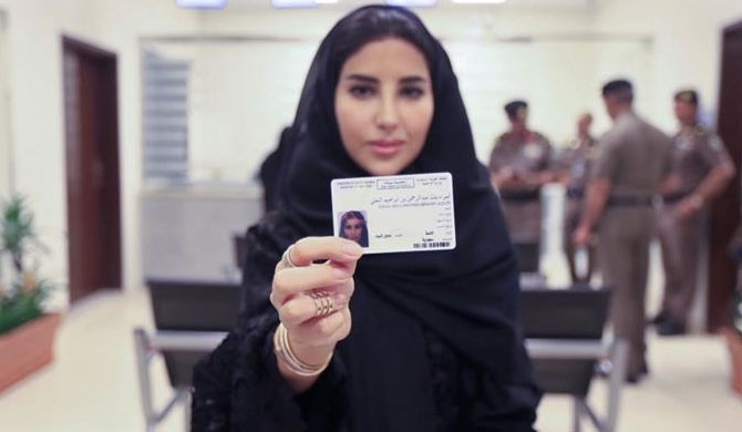 Saudi Arabia issues first driving licenses to women (Video)