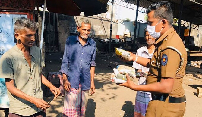 Colombo Police distributes breakfast (Pics)