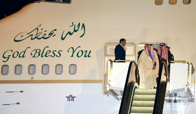 Saudi king's gold escalator gets stuck (Video)
