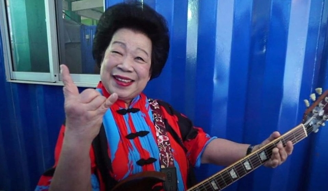 Singapore's hard rock granny (video)