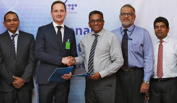 (L-R) Raj Thangiah, Consultant, dataWerks GmbH, Tony Andris, Chief Technology Officer, dataWerks GmbH exchanging the agreement with Kiththi Perera, Chief Commercial Officer of SLT, M.I. Deen, GM/Enterprise Solution of SLT, Janaka Abeysinghe, GM/Enterprise & Government Business of SLT.