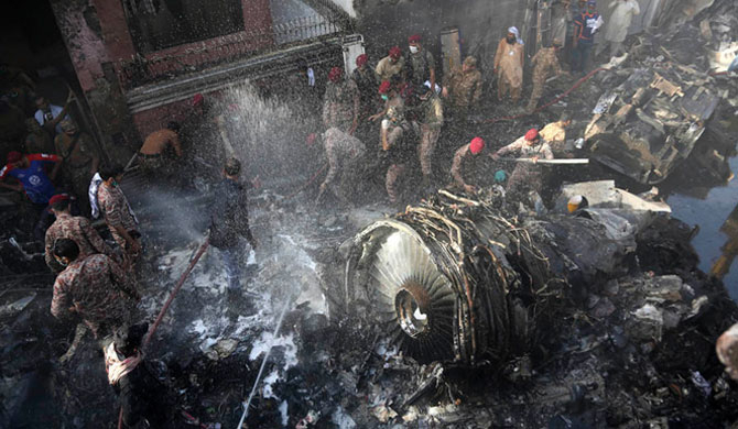 2 survive Pakistan plane crash