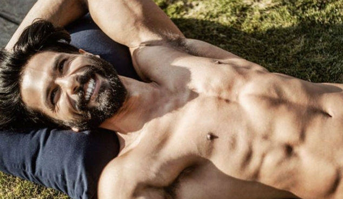 Internet smitten with Shahid's 'Holiday Mood'
