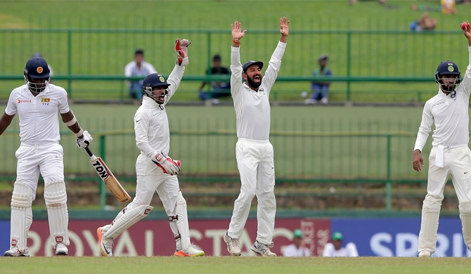 Angelo Mathews has swatted close-in fielders away before, in grand style. In Pallekele, he couldn't © Associated Press