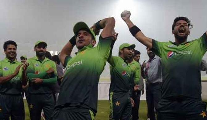 Pakistan cruise to win in Lahore