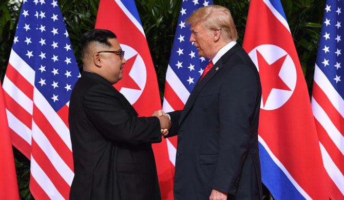 Trump - Kim shakes hands (Video)